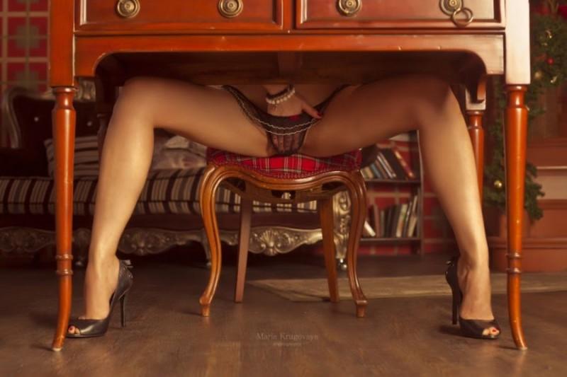 порно фото раздвинула ноги на столе